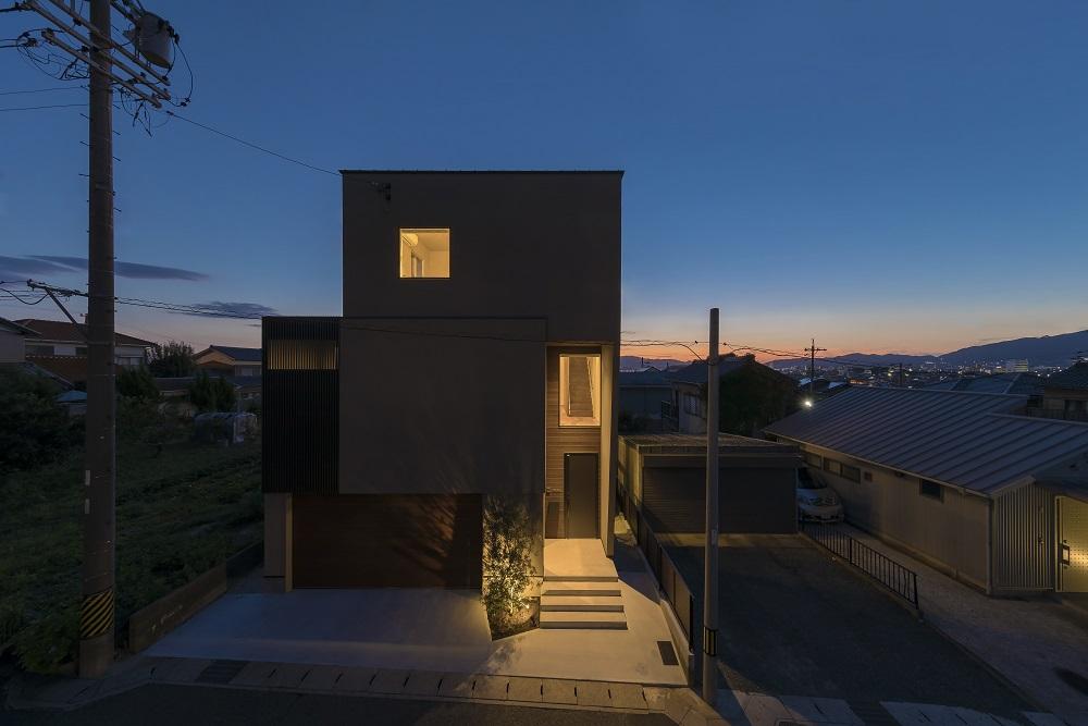 インナーガレージのあるモダンな3階建住宅 アイキャッチ画像