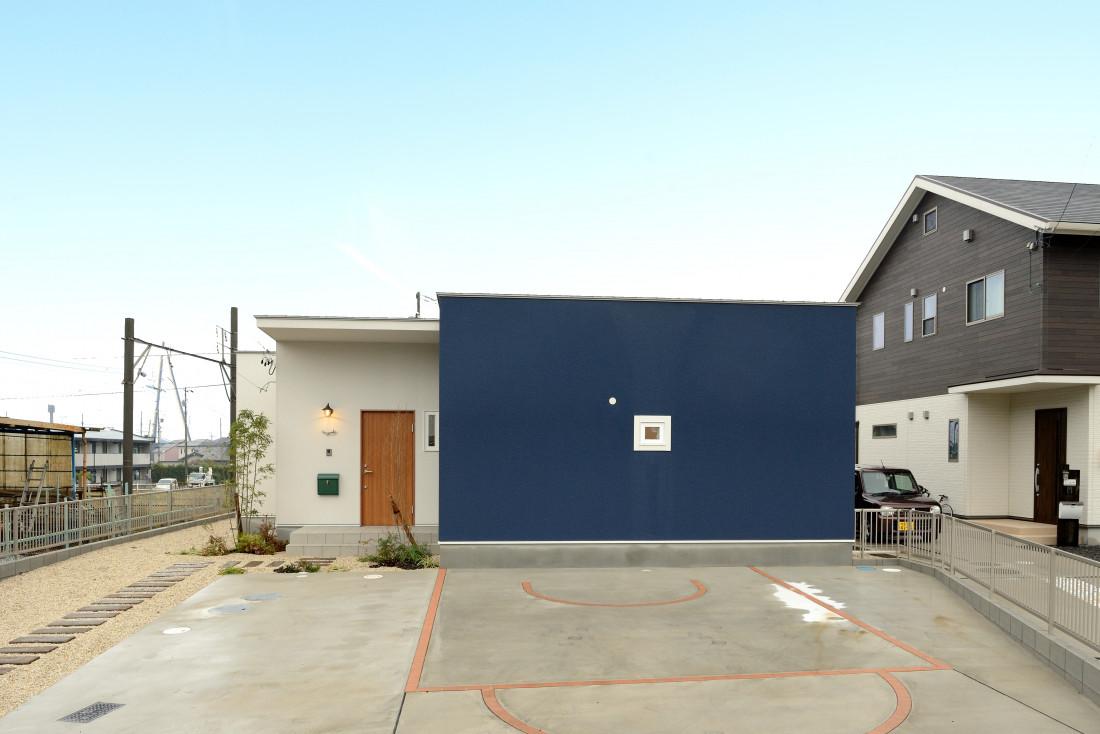 紺と白のコントラストが印象的な、おしゃれかわいい平屋の家 アイキャッチ画像