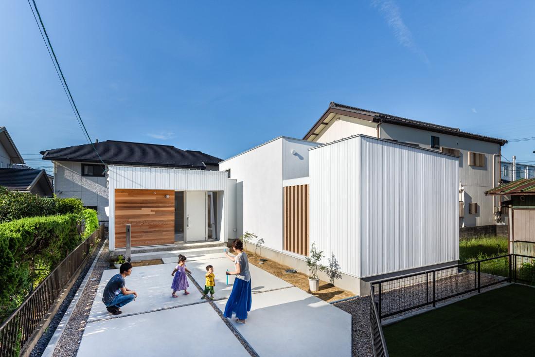 2つの中庭でつながる平屋「箱つなぎの家」 アイキャッチ画像