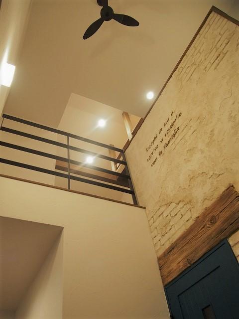 素材にこだわったアクセントウォールのある家 メイン画像