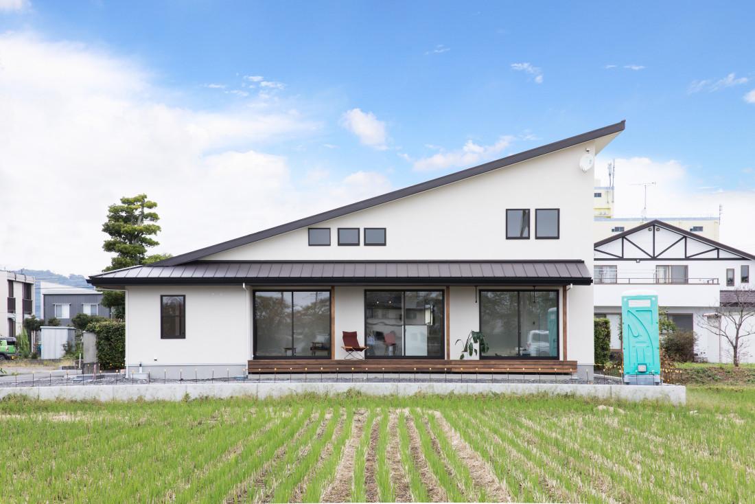 桜並木の見える大きな屋根の家 アイキャッチ画像