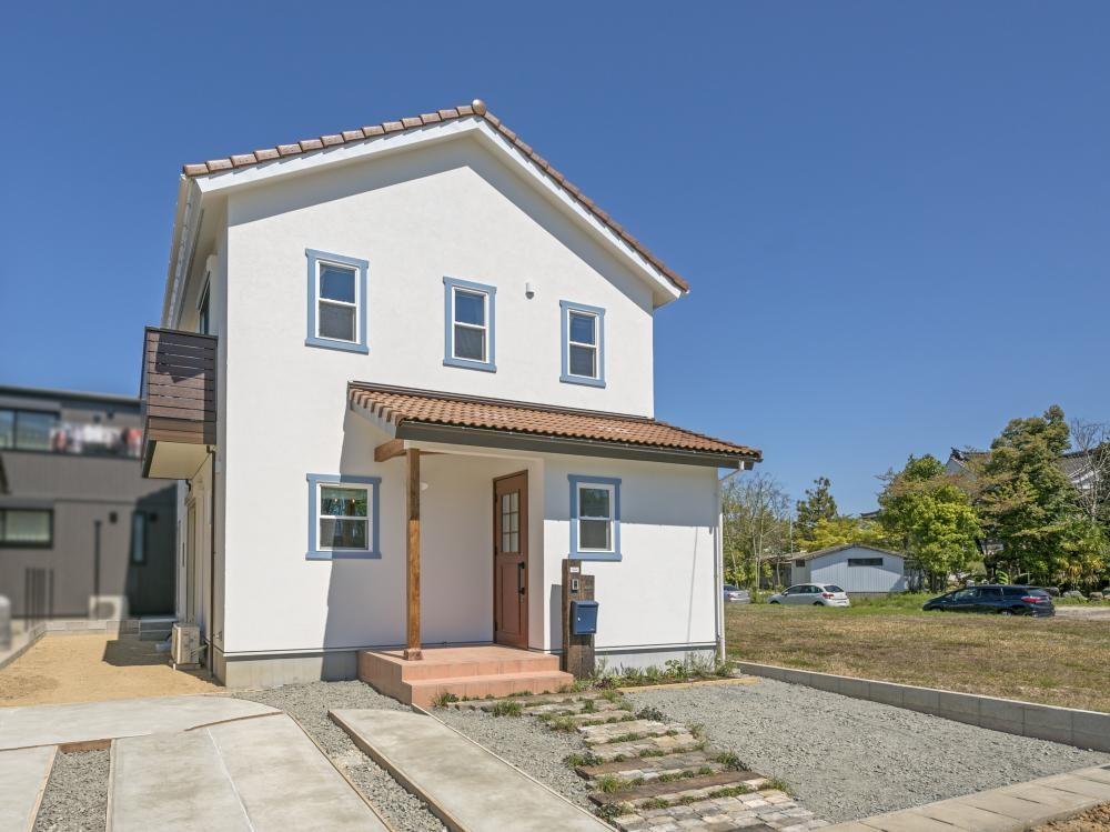 青い窓枠がかわいいお家 メイン画像
