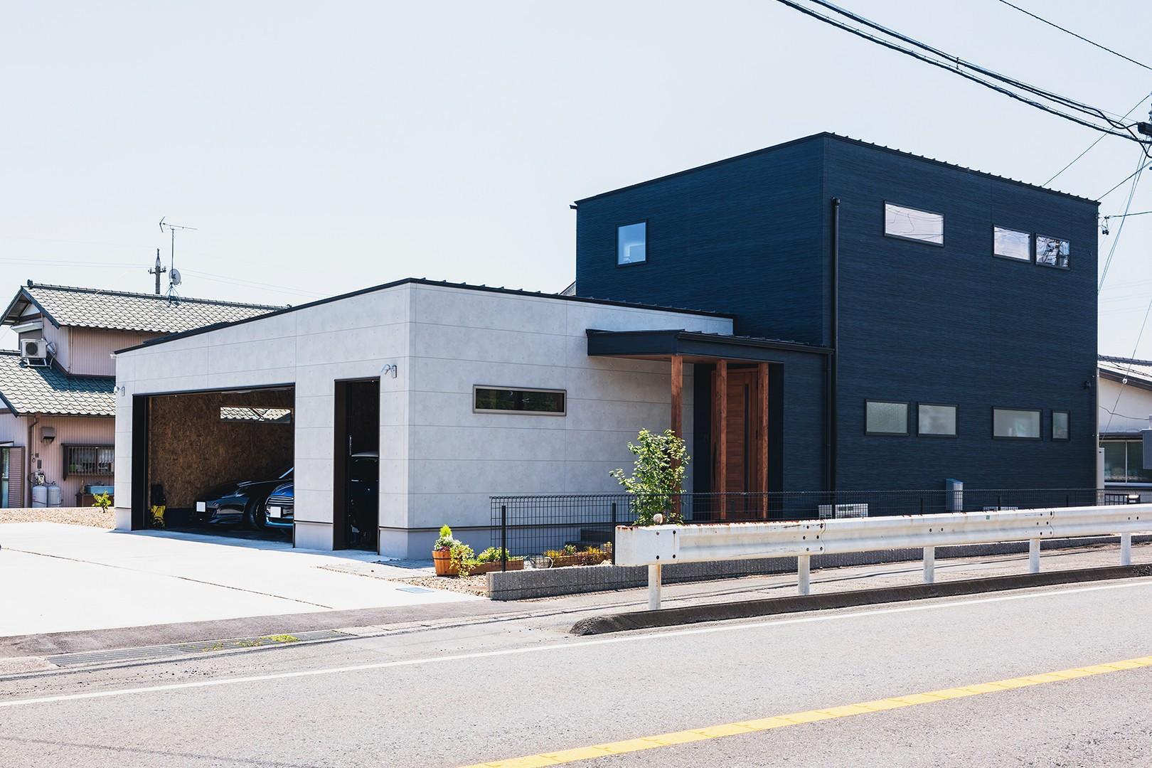 大きなガレージのあるカフェスタイルの家 アイキャッチ画像