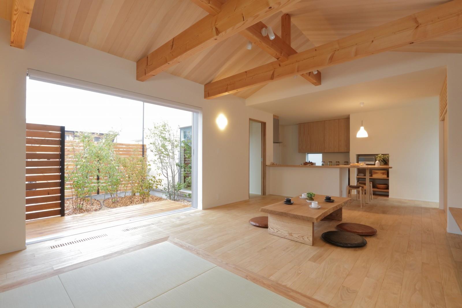 【滋賀県/2000~2500万円/約30坪】座卓に濡縁に板張りで仕上げた勾配天井。木のぬくもりを感じる、畳リビングのお家 アイキャッチ画像