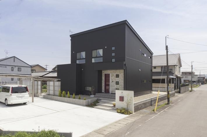 存在感ある黒い家 アイキャッチ画像