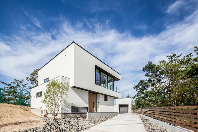 空と木を眺める2階リビングの家 アイキャッチ画像