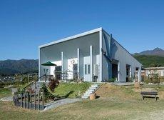 風光明媚な丘陵地に立つ平屋住宅 アイキャッチ画像