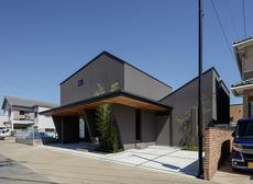 緑豊かな中庭を持つ 市街地の2世帯住宅 アイキャッチ画像