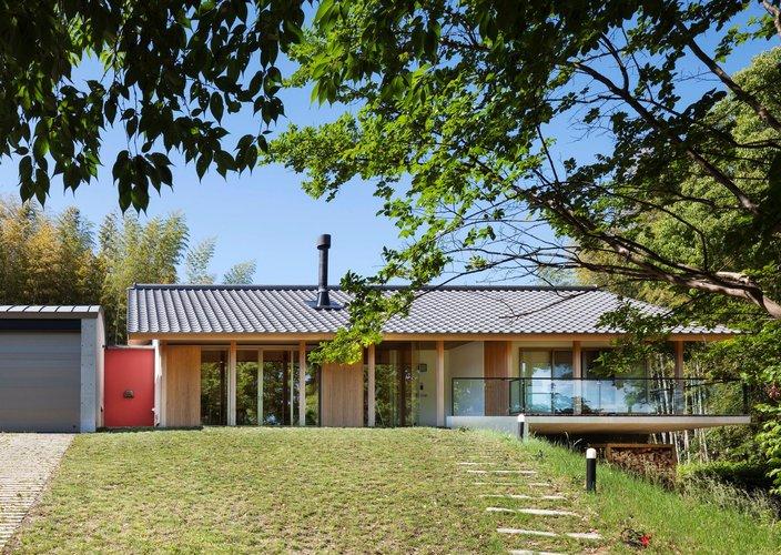丘陵地の自然にとけ込む平屋の邸宅