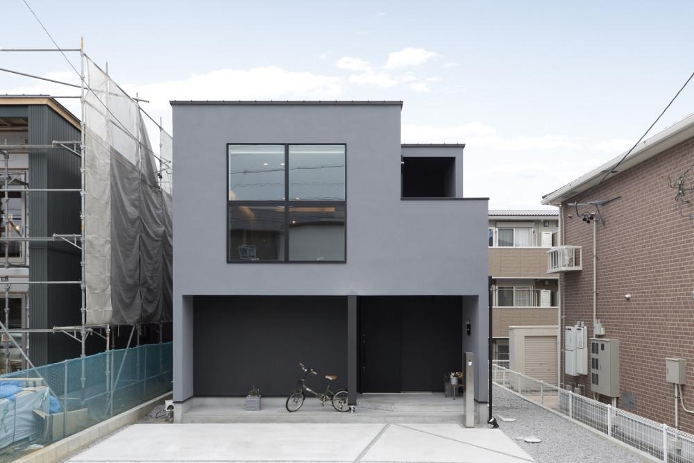 二階リビング×大窓 青空を眺める、黒とグレーの大人かっこいい家 アイキャッチ画像