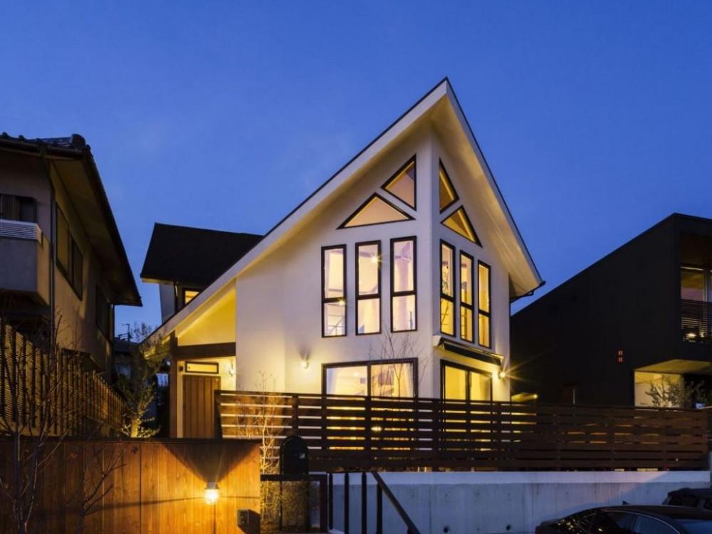 三角窓と大屋根が特徴の、木の温もりを感じる家 アイキャッチ画像