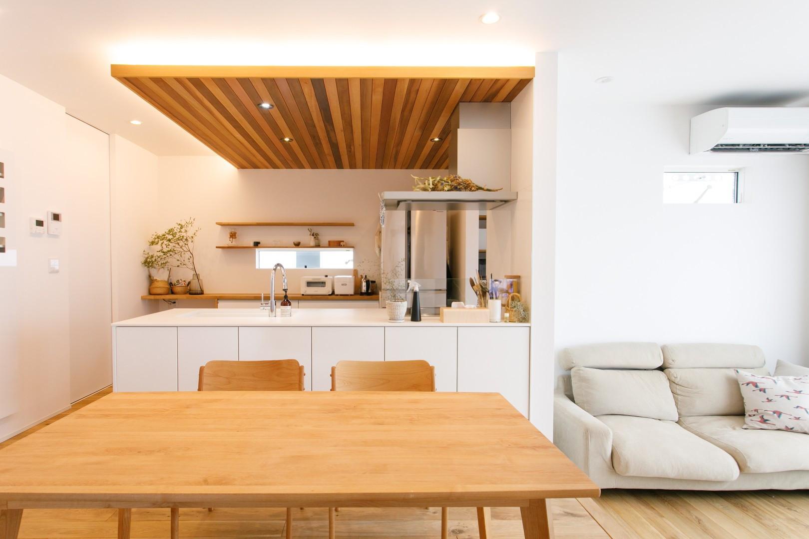 シンプルナチュラルな白色と木の家 アイキャッチ画像