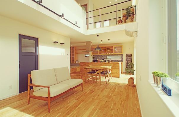 開放感のある吹抜でも冷暖房費が気にならない!造作家具・無垢の床で快適に暮らせる高断熱住宅 アイキャッチ画像