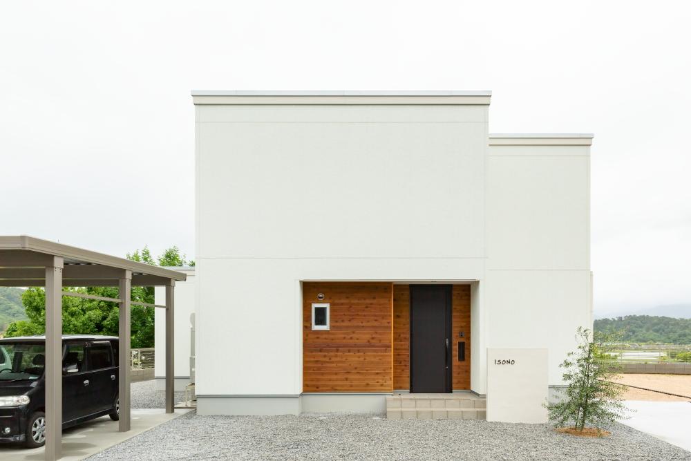 白と木のぬくもりが調和する家 アイキャッチ画像